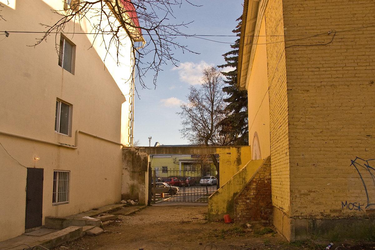 Боровск. Роспись Разгадывание мира. Вид из дворика на улицу