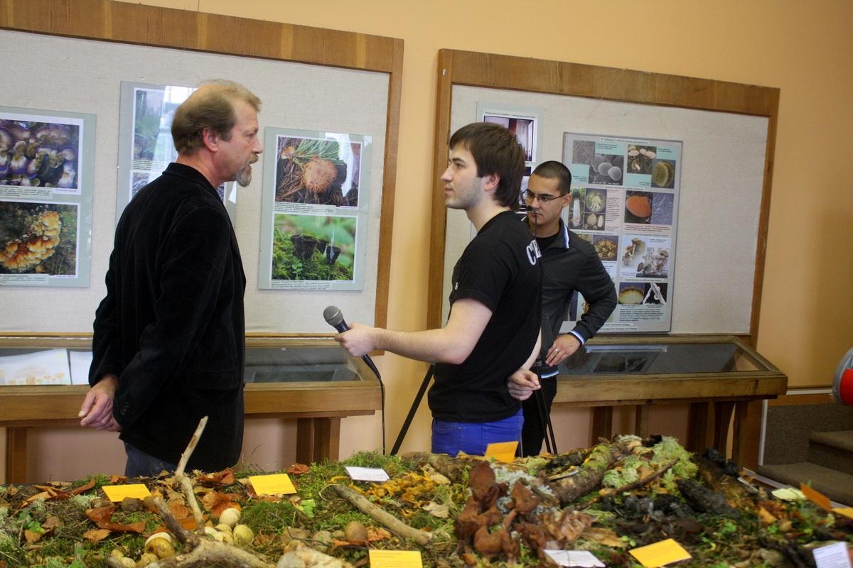 Местные журналисты берут интервью у Александра Елисеевича Коваленко. Автор фото: Йохан Метте