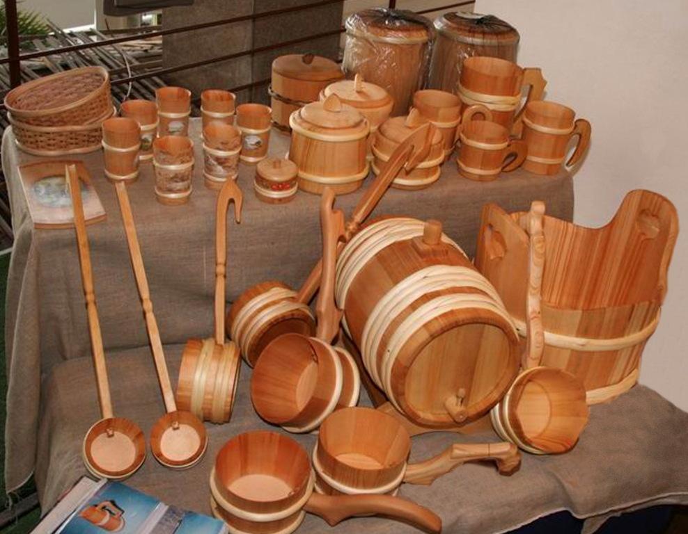 Разнообразие бондарных изделий из поселка Жаровск. Автор фото: Кром Игорь