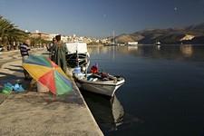 Argostoli. Рыбаки. Черепаха возле лодки.