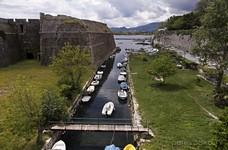 Канал, отделяющий крепость от острова.