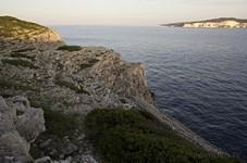 Скалистый берег. Вид на остров Antipaxos.